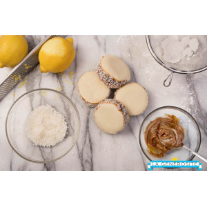 4 Cornstarch alfajor and coconut